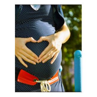 Panza de la mujer embarazada postal