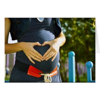 Panza de la mujer embarazada felicitaciones