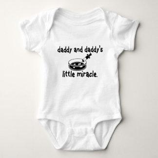 Papá de IVF y poca camisa del milagro del papá