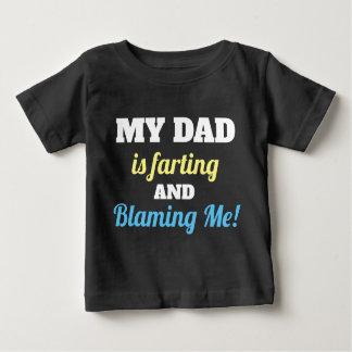 Papá divertido Farting y que me culpa camisa del