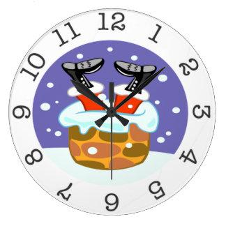 Papá Noel abajo del reloj de pared de la chimenea