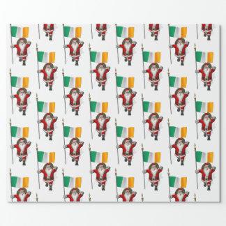 Papá Noel con la bandera de Irlanda Papel De Regalo