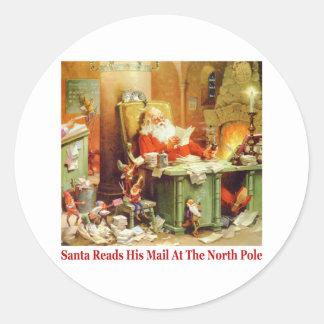 Papá Noel lee su correo en el Polo Norte Pegatina Redonda