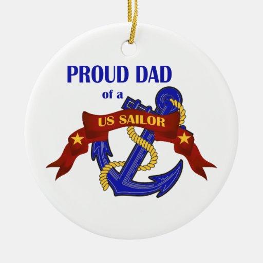 Papá orgulloso de un ornamento del marinero de los adornos de navidad