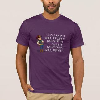 Papás divertidos con la camisa de las hijas