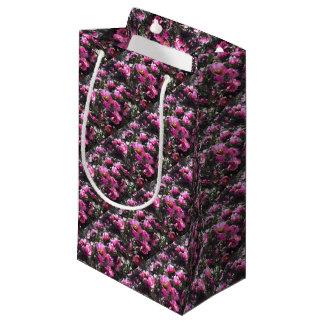 Papel de embalaje rosado vibrante de la flor del bolsa de regalo pequeña