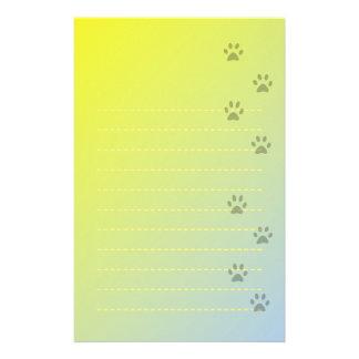 Papel de escribir amarillo con huellas del gato papelería