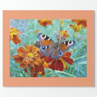 Papel De Regalo Mariposa en jardín colorido