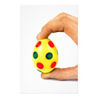 Papelería Dé el huevo de Pascua amarillo pintado tenencia