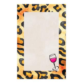 Papelería El leopardo salvaje mancha el modelo con la copa