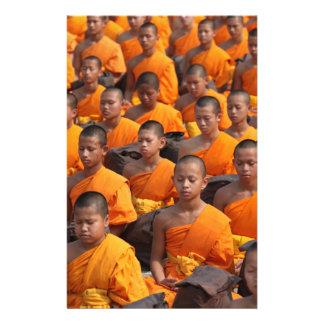 Papelería Grupo grande de monjes Meditating