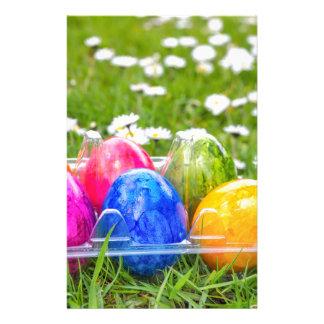 Papelería Huevos de Pascua pintados coloridos en hierba con