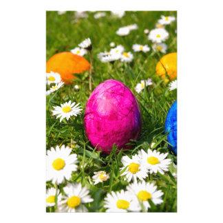Papelería Huevos de Pascua pintados en hierba con las