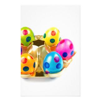 Papelería Huevos de Pascua pintados en la bandeja del oro