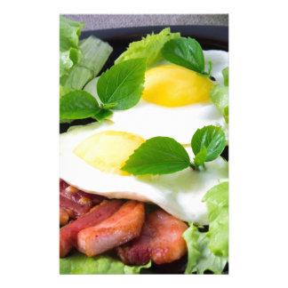 Papelería Huevos fritos con las hierbas, la lechuga y el