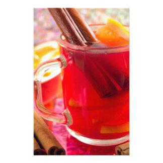 Papelería La taza transparente con la fruta cítrica