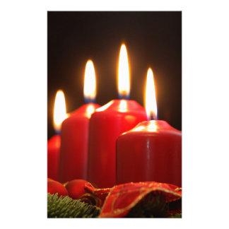 Papelería Las velas rojas de un advenimiento enrruellan con