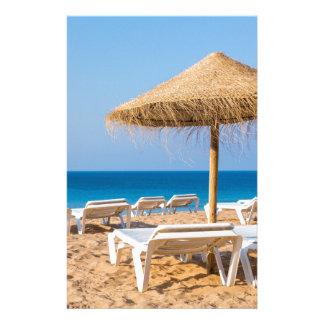 Papelería Parasol de mimbre con la playa beds.JPG