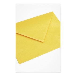 Papelería Sobre amarillo aislado en blanco