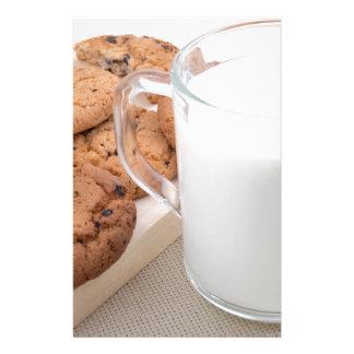 Papelería Taza con las galletas de la leche y de harina de