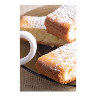 Papelería Té y una placa de galletas frescas
