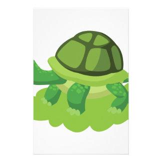 Papelería tortuga que camina en la hierba