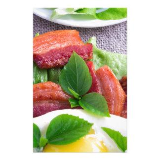 Papelería Yema de huevo, tocino frito, hierbas y primer de