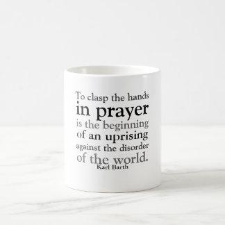 Para abrochar las manos en rezo taza de café