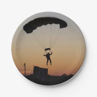 Paracaídas del Skydiver en la puesta del sol Plato De Papel