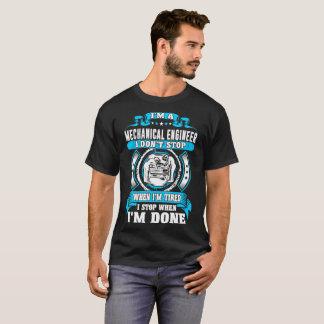 Parada del ingeniero industrial cuando camiseta