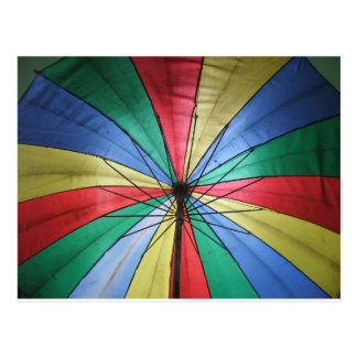 Paraguas del arco iris postal