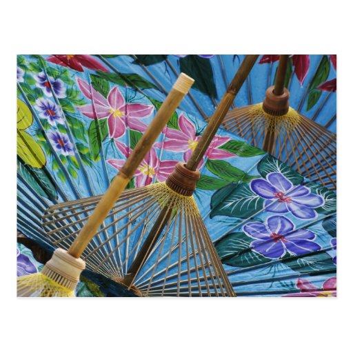 Paraguas pintados a mano decorativos en el pueblo tarjeta postal