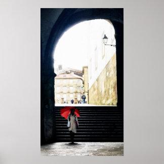 Paraguas rojo en un arco español 2 póster