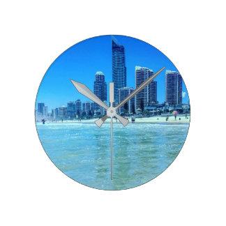 Paraíso redondo de las personas que practica surf reloj redondo mediano