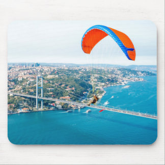 Paramotors pilota volar sobre el Bosphorus Tapetes De Raton