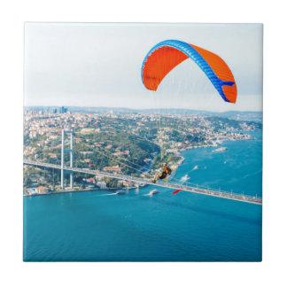 Paramotors pilota volar sobre el Bosphorus