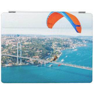 Paramotors pilota volar sobre el Bosphorus Cover De iPad