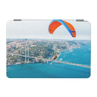 Paramotors pilota volar sobre el Bosphorus Cover De iPad Mini