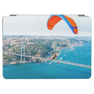 Paramotors pilota volar sobre el Bosphorus Cubierta De iPad Air