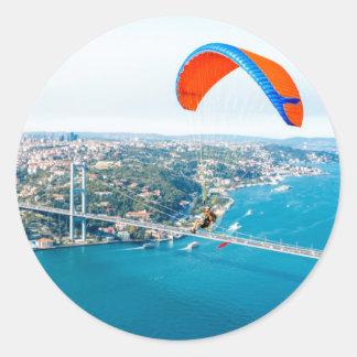 Paramotors pilota volar sobre el Bosphorus Pegatinas Redondas