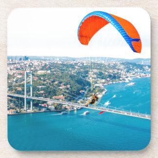 Paramotors pilota volar sobre el Bosphorus Posavaso