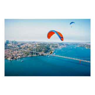 Paramotors pilota volar sobre el Bosphorus Póster