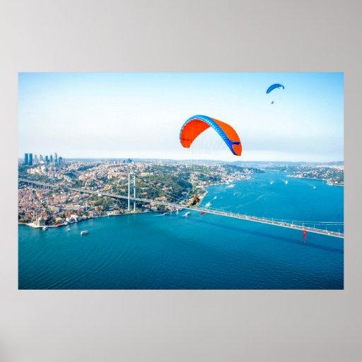 Paramotors pilota volar sobre el Bosphorus Posters