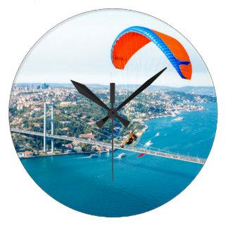Paramotors pilota volar sobre el Bosphorus Reloj Redondo Grande