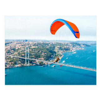Paramotors pilota volar sobre el Bosphorus Postal