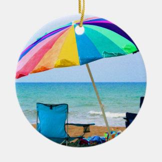 Parasol de playa y sillas coloridos en la Florida Adorno Redondo De Cerámica