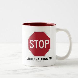 Pare el infravalorar de mí (el humor del empleo de taza de dos tonos