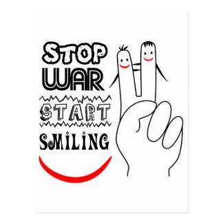 Pare el signo de la paz sonriente del comienzo de  postal