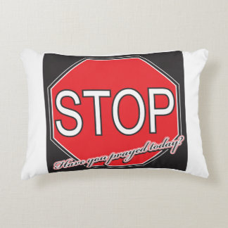 Pare ruegan la almohada