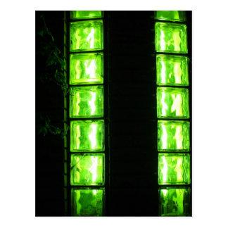 Pared decorativa con brillar intensamente verde en postal
